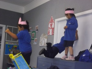 acting out 3 little pigs